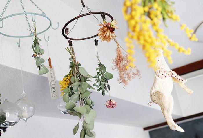 お店のドライフラワーはちょっとお高めですが、自分で手作りすると簡単です。こちらは100均のアイテム2つで作ったピンチハンガーに花を逆さに吊るしています。古道具風のペイントがおしゃれ。