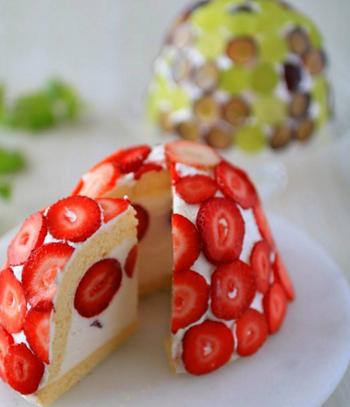 いちごが全体にデコレーションしたズコット。ボウルにスポンジを敷き詰めることで、丸いドーム型を作っています。市販のスポンジを使うので簡単です。中にもいちごを入れて甘酸っぱい美味しさに。いちごの可愛さが引き立ったケーキはいろんなシーンにおすすめです。