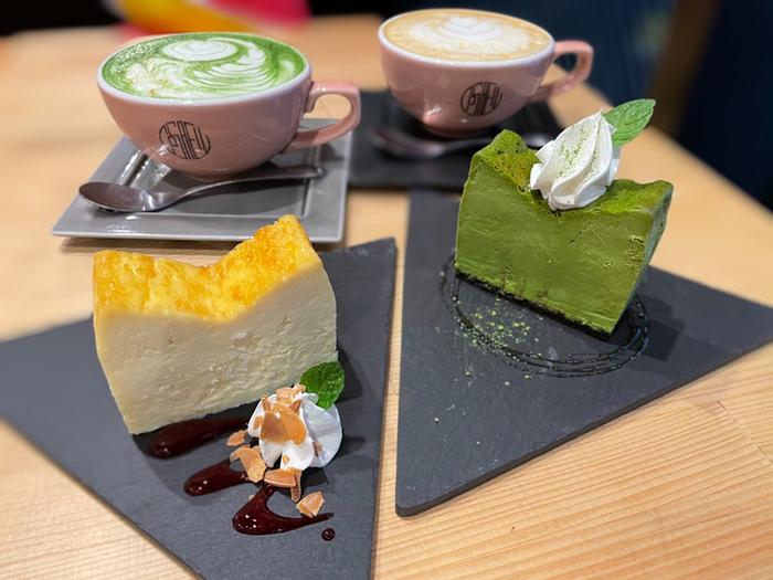 試行錯誤の末に完成させた自慢のチーズケーキは、他のお店ではなかなか見ないフレーバーも並びます。こちらはオリジナルの「コサエル」と八女抹茶とのコラボ「和」です。
