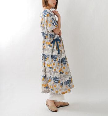 北欧デザインっぽくもあり、日本の浮世絵っぽくも見える、不思議で魅力的な花柄ワンピース。ウエストが絞れるようになっているので、一枚で違った印象が楽しめます。下にパンツを履いて大人のアクセントをプラス。