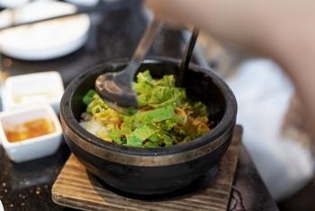 ビビンバは韓国の定番料理で、ご飯の上に炒めたお肉やナムル、キムチや卵などが彩り良くのっています。「ビビンバ」は混ぜご飯という意味で、ご飯と具材をよく混ぜて一緒に食べるとGood!