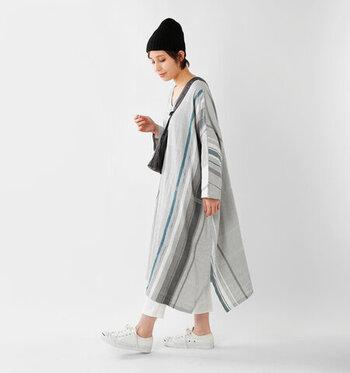 さらりとしたコットンのワンピース。縦や横にざっくりと、けれども繊細に引かれた線のデザインが印象的な一枚。一枚だけでも素敵ですが、大人っぽく着こなすにはパンツを取り入れるのが簡単。スニーカーもパンツと色を合わせて統一感を。