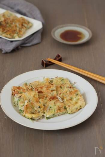 オートミールを使ってしっかり食べたいなら、豆苗ともやしをたっぷりと入れて作ったチヂミはいかがですか?ピザチーズとごま油とポン酢で食べると箸が止まらない美味しさです。