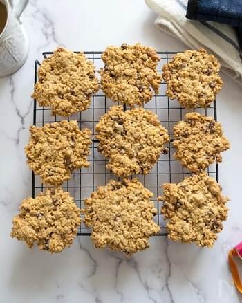 オートミールを使って作るおやつと言えばクッキーが定番ですが、こちらは小麦粉などを使わない代わりにくるみをたっぷり入れたザクザククッキー。チョコレートが入っているので、オートミールが苦手な方にもおすすめ。