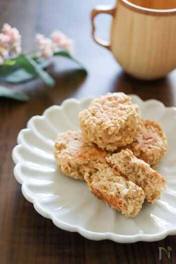 小麦粉などの代わりにおからパウダーを使用して作るオートミールスコーン。食物繊維たっぷりで、少量でもお腹が満たされる満足感があります。また、オーブンを使用せず、フライパン一つで簡単に作れるのも嬉しいですよね。