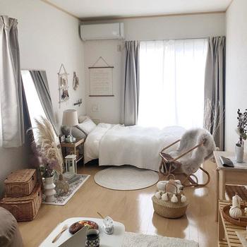 こちらのお部屋のテーマは韓国風インテリア。ナチュラルな素材や色味で統一された、雰囲気のあるお部屋です。 お部屋に合わせて家具を揃えられということで、どのインテリアもお部屋にぴったりなテイストとサイズ感。  背が低く背板のないインテリアを選ぶことで、いろいろとディスプレイしても圧迫感がなく、抜け感のあるお部屋になっていますね。