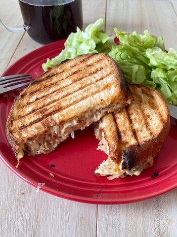 ツナとチーズ旨味と、玉ねぎのシャキッと感が最高にマッチ!とろけるおいしさ満点の、朝食やランチに食べたい一品です。