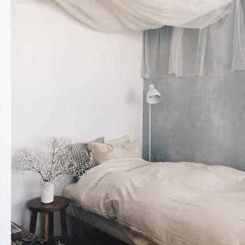 ベッドは生成りのカバーにギンガムチェックでコーディネートされていて、ナチュラルカントリーな雰囲気に。天井にあしらわれたレースや、かすみ草がとっても良く似合っています◎