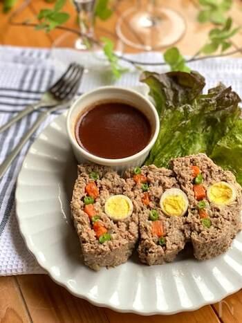 こちらのミートローフは、型入らずで簡単に作れるレシピ。うずらの卵やにんじん、いんげんを入れることで、断面がお花畑のようになり、食感も美味しさもアップします。おもてなし料理にふるまえば、歓声が上がりそう♪