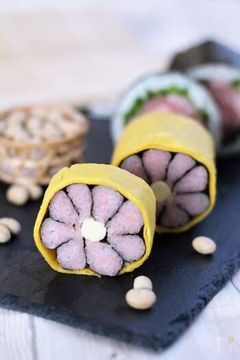 断面に花咲く飾り巻き寿司は、ピンク色のすし飯にのりを巻いて、花びらをひとつひとつ作っています。中央のクリームチーズが味わいのアクセントに。薄焼き卵で巻くことで春めきますね。