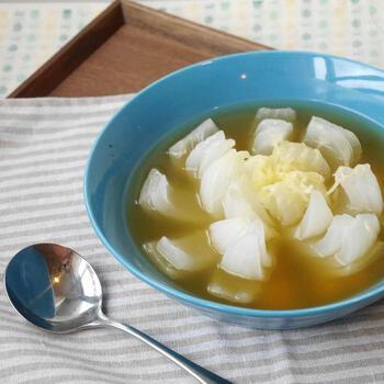 こちらのオニオンスープは、玉ねぎに切り込みを入れて花のような形を作っています。電子レンジと市販のスープの素を使うのでとっても簡単です。