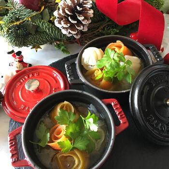 ピーラーで薄くした野菜をくるっと巻いて薔薇に見立てています。にんじんや大根などいろんな色の野菜で作ると華やかに。ちょっとしたひと手間でシンプルな野菜スープもワンランクアップします。