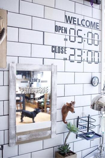 セリアの鏡と木材を組み合わせてカフェ風ミラーにアレンジ。接着剤で固定するだけなので、のこぎりでのカット作業は横の木材のみでOK。ステッカーやペイントによって印象がガラリと変わります。シンプルなミラーがオリジナリティのあるデザインに早変わり!
