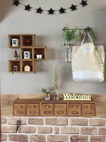 100均のボックスと引き出しを組み合わせた壁掛けボックスは、木の温かみを感じるナチュラルな雰囲気。箱を数個まとめて固定することで、収納力もアップします。プチプラなのに高見えするクオリティです♪