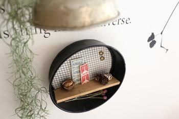 園芸用のふるいの形を活かしたラウンドシェルフは、たった2つのアイテムだけで作れます。黒にペイントするとシックでモダンな印象に。壁に取り付けて雑貨や小物をディスプレイしましょう。