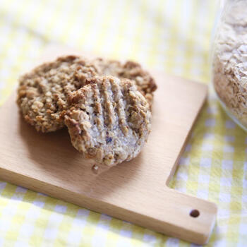 今度は米粉を使ったオートミールクッキー。お砂糖の代わりにバナナとドライフルーツで甘味を出しています。スプーンで計量して作れるので、お子さまでもとっても簡単に作れてしまいます!お子さまとのおうち時間に作ってみてはいかがでしょうか。