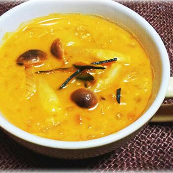 かぼちゃスープに牛乳とオートミールを入れてチャウダーに。さらに玉ねぎ、しめじなどお好きな具材をプラスすると一品で結構お腹がいっぱいになります。ダイエット中にもおすすめです!