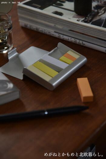 付箋って、机の周りや引き出し、ペンケースの中などあちこちに散らばりがち。そんな悩みを解決してくれる無印のアイテムがこちらのアルミカードケース Lです。約60×94×15mmサイズで、上記で紹介した付箋がセットで入るので、より勉強と仕事の効率もあがりそう。