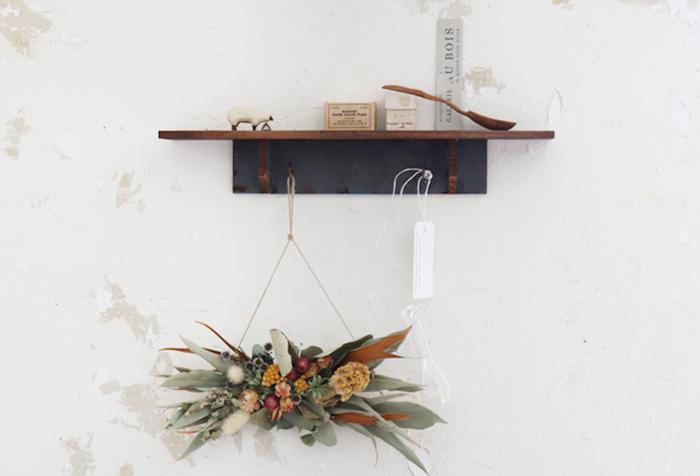 セリアのインテリア木製ウォールラックと木材を組み合わせたDIY。ラックと木材を固定してペイントするだけですぐにできます。棚板に雑貨を置いて、下のフックにはバッグをかけたり、ドライフラワーを吊り下げてもおしゃれです。