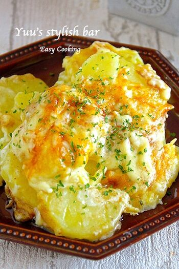 ほくほくのジャガイモと、トロ〜リ濃厚なチーズのコンビネーションでワインがすすむ一品。フライパンに材料を入れ、ジャガイモが柔らかくなるまで煮込んだら、溶けたチーズの上にのせて焼き上げるだけで完成♪
