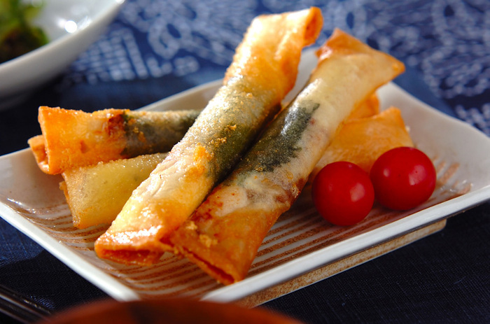 梅おかかがポイントの、ささみとスライスチーズを包んだ春巻き。チーズのコクと梅の爽やかな風味、春巻きのパリパリした食感を同時に楽しめる一品です。