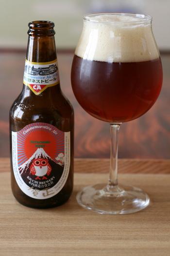 そんな木内酒造が「日本ならではのビールをつくりたい」とこだわりぬいて生み出したクラフトビールが、常陸野ネストビールです。昔、木内酒造の庭にある木に住んでいたというフクロウがトレードマーク。イギリスやベルギーから麦芽を輸入しつつ、木内酒造が培ってきた経験や土地の特徴を反映し、自家栽培のホップも使用。現在までにラガーやエールといった定番のほか、福来みかんを使っただいだいエール、日本で開発・育種されていたビール麦やホップを使ったニッポニアなど、幅広いラインナップがそろっています。国内外の数々の賞も受賞してきた間違いないクラフトビールで、ぜひ長寿をお祝いしてくださいね。