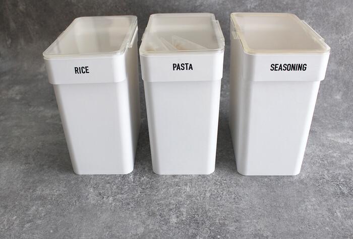蓋がガバっと開いて、5キロのお米が袋ごと収納できるtowerの米びつ。その大きさと安定感から、シンク下収納にピッタリの詰め替え容器です。計量カップがセットでついているのも嬉しいですね!蓋がしっかりロックできるので、湿気に強く、お米の他にも乾麺や小麦粉などの保存に優れています。