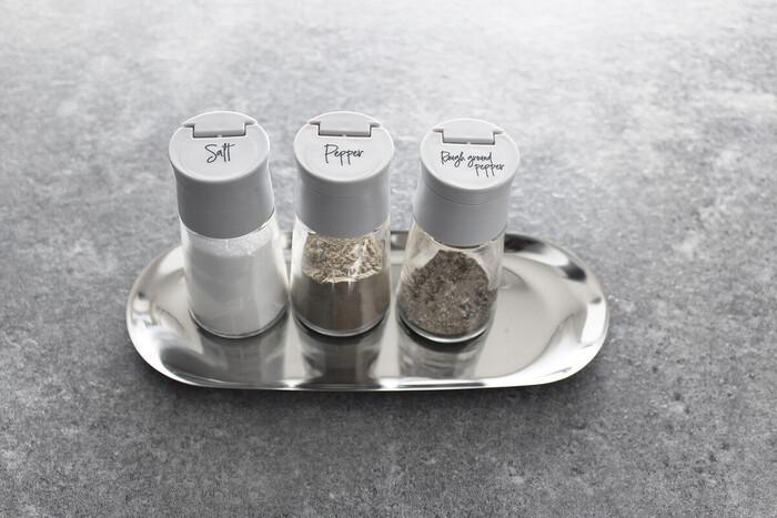 スタビアリュクスの塩胡椒入れは、キッチンや食卓での使用頻度が高い、塩や胡椒の詰め替えに便利です。片手でサッと蓋を開けることができるので、調理中のストレスを軽減してくれますよ。本体はガラスでできているので、適度な重さがあり安定感に優れています。