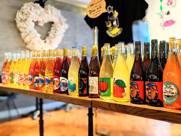 グレープリパブリックのワインの特徴は、「ブドウそのものよりブドウっぽい」こと。すいすいと飲みやすい口当たりですが、ブドウ本来の風味やみずみずしさが強く感じられるのが魅力。ワイン好きの方には新しい味との出会いを、ワインが苦手な方にはこれまでのワインとは全く違った印象を与えてくれるはずです。デザイナーによって描かれたカラフルな鶴や山形県の県鳥・オシドリのラベルも美しく、お祝い事にぴったりですよ。