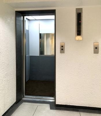 まず1つ目は、引っ越し時に、搬入しやすい形状を選ぶこと。  よくあるのが、エレベーターに乗りきらなかったというケースです。また、横に長い家具を運ぶ際、階段を回り込めなかったり、廊下を曲がりきれなかったり、ということも。