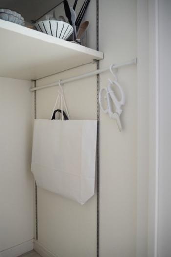 吊るす収納の場合、カバンの重さや素材によっては持ち手が傷んだり跡が付いたりすることも。しかし、カバンより一回り大きい紙袋に入れれば、カバンの持ち手を使わずに済みます。