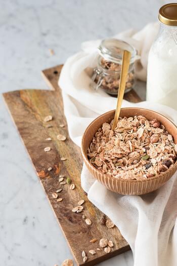 麦を原料とするオートミールには、糖質も炭水化物も含まれています。しかしその量は少なく、お茶碗一杯の白いご飯(約150g)が糖質約55gなのに対して、オートミール一食分(約30g)は糖質20g以下です。  同じく、お茶碗一杯のご飯は炭水化物量約55gですが、オートミール一食分は約20gと少なめです。ついついご飯やパンなどを食べすぎてしまう人は置き換えてみるのもよさそうですね。