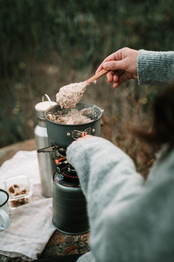 一般的な食べ方は、ふやかしてお粥のようにする方法です。オートミールが浸るくらいの水や牛乳を加えて火にかけてつくります。アメリカなどではふやかしたオートミールにはちみつをかけていただくようです。焦げないようにかき混ぜながら煮るのがポイントですよ。