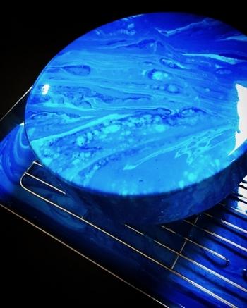 まるで宇宙を思わせる惑星のような色合いのミラーケーキ。中はホワイトチョコレートのムースになっています。独特なブルーのマーブル模様は、思わず引き込まれてしまうほどの神秘的な美しさです。