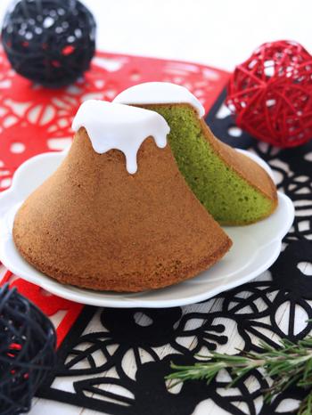 富士山の形をしたパウンドケーキは、山の形をしたプリン型を使用。焼きあがってケーキクーラーで冷ましたら、白いアイシングを垂らすように仕上げたら完成!カットすると抹茶のきれいな緑色が断面にあらわれます。