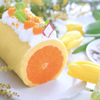 ロールケーキの断面がそのままみかんに!みかんを丸ごと3個使っているのでインパクト抜群です。大きめのものを選んで入れると存在感がよりアップ。果汁溢れる爽やかな美味しさを思う存分に堪能できますよ。