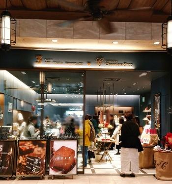 ソラリアステージ内にある「レ・トロワ・ショコラ×チョコレートショップ」は、福岡の超有名店「Chocolate Shop」とフランス・パリの「LES TROIS CHOCOLATS」のダブルネームのお店。レ・トロワ・ショコラは、Chocolate Shopの三代目であるショコラティエールの佐野恵美子さんがパリで開いたショコラ専門店です。