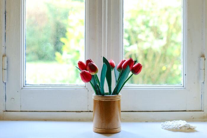 春といえばチューリップ。咲いた、咲いた♪と、小さいころ歌った思い出のある人も多いのではないでしょうか?  近頃のチューリップは、色も形もさまざま。赤白黄色だけでなく、グラデーションのものや、紫や黒のようなシックなカラーのチューリップも登場しています。色とりどりもかわいいですが、あえて単色でまとめてみても素敵です。