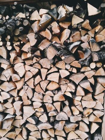 まず、ククサ作りに使用する道具と材料を確認しましょう!  【道具】 ・定規とえんぴつ ・ノコギリ ・クラフトナイフやカービングナイフ ・丸ノミ、平ノミ ・木製ハンマー ・紙ヤスリ(#120〜#400までの粗さを用意しておくと◎)  【材料】 ・ヒノキや桜などのキューブ型木材 ・お好みで革などの紐 ・くるみなどの植物性オイル(お手入れ用)  どれもホームセンターやバラエティショップで購入できるものばかりなので、比較的簡単に準備できそうですね。