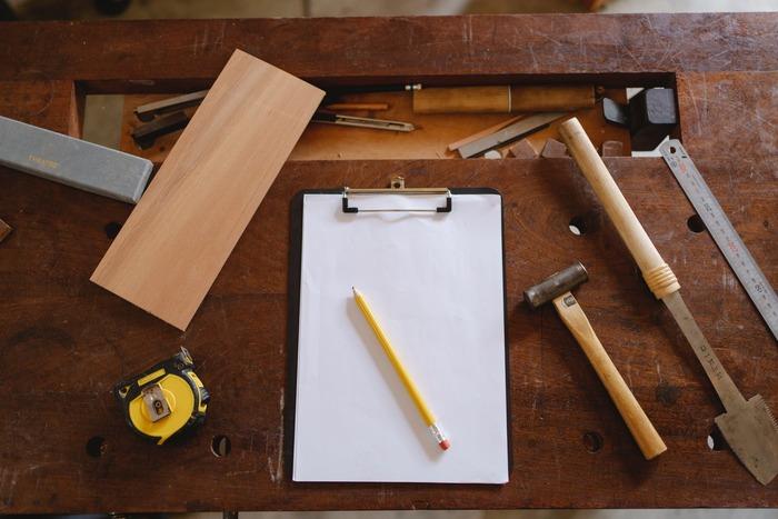 【作り方】 ノコギリやクラフトナイフなどの扱いには十分気をつけて作業を進めましょう。  1.木材にククサの輪郭を描いて、ノコギリで粗削りする 2.クラフトナイフに持ち替え角を取り、輪郭を丸くしていく 3.ノミで持ち手部分の穴を掘る 4.じっくり全体にやすりかけて完成  一見シンプルな作り方にも思えますが、ひとつひとつの工程に膨大な根気が必要になります。しかし手をかけた分だけククサへの愛着は倍増!ぜひ真摯に向き合ってみてくださいね。