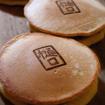 ホットケーキミックス×そば粉の、素朴な味わいが魅力的などら焼き。蕎麦がきや、そば粉スイーツで余ったそば粉は、ほっこりおいしいどら焼きにしてみてはいかがでしょうか。