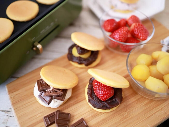 どら焼きに合う栗といちごの他にチョコレートを用意してホットプレートで、どら焼きパーティーを♪他に粒あんとこしあん、生クリームなども用意すれば手巻き寿司風の、選べるどら焼きをそれぞれ作れて、家族で過ごす休日のおやつタイムが充実しそう。