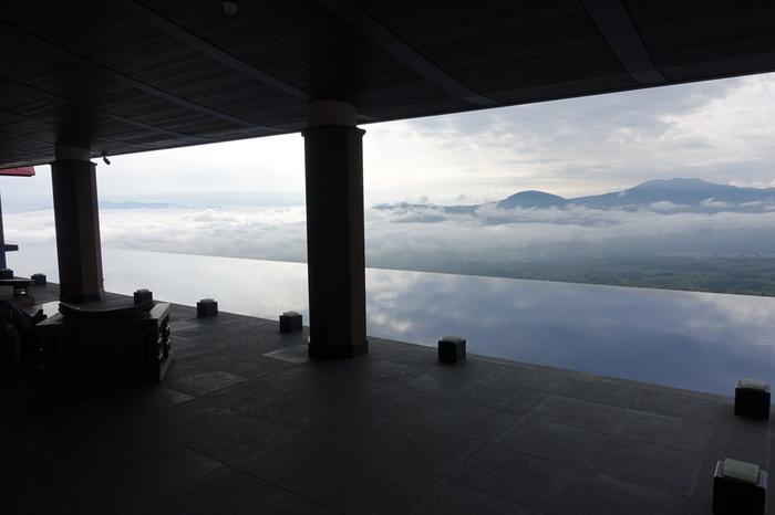 赤倉温泉では、2つの泉質を持つ天然温泉が利用されています。中でもおすすめは、赤倉観光ホテルにある大きな露天風呂!妙高高原が一望できるだけでなく、運が良ければ眼下に雲海が広がり、まるで空の上に浮かんでいるかのような気分を味わうことができます。