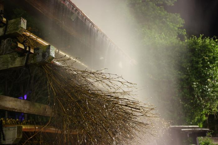 鉄輪温泉を歩いていると、100度にもなる高温の源泉を冷ますために考案された「湯雨竹」を見ることができます。通常、温泉を冷やすには加水するか時間をかけて冷ますかしかありませんでした。ところが、源泉が竹枝を伝わり落ちていく間に自然と冷える「湯雨竹」を使うことで、源泉の質を損なうことなく50度以下にまで下げて利用できるように。もうもうと湯気を立てながら竹枝を源泉が落ちていく様子は、湯けむりと同様鉄輪温泉ならではの景色の一部になっています。