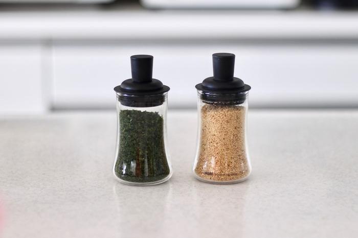 iwakiのふりかけボトルは、先にご紹介した粉末調味料の容器と違って、中身がある程度まとまって出るのが特徴です。こちらのお宅ではその特徴を利用して、ごまや青のりの詰め替えに使っているそう。購入した袋のままで使うと、ジッパーの溝に詰まって不衛生な状態になりがち…そんなプチストレスから解放してくれるスグレモノです!
