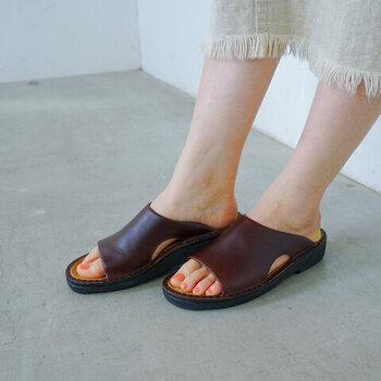 柔らかで厚みのあるアッパーで、足をすっぽりと包み込んでくれるサンダル。サッと履けられるスリッポン仕様で、甲をしっかりと覆ってくれるのでシューズのような安心感があります。履きやすいインソールにもこだわり、歩きやすさも抜群の一足です。