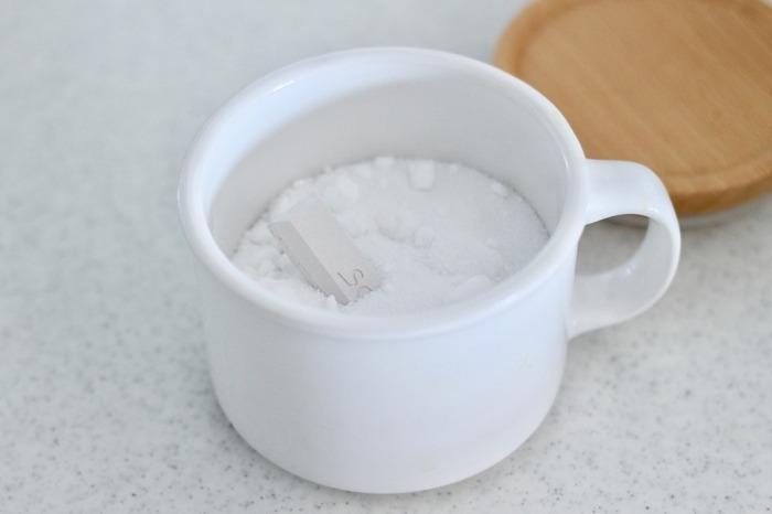 塩は時間の経過とともに固まってしまうことも多いのが悩み。  そんなお悩みをIDEACOキャニスターと珪藻土のSOILを使って解消しています。キャニスターは、マグカップのような取っ手付きで広口なので、手に取りやすく詰め替えやすいのがポイント!蓋にはパッキンがついているので、湿気に弱い食品の保存に最適です。塩は湿気によって固まってしまうので、珪藻土を入れておくとさらに固まりにくくなって◎