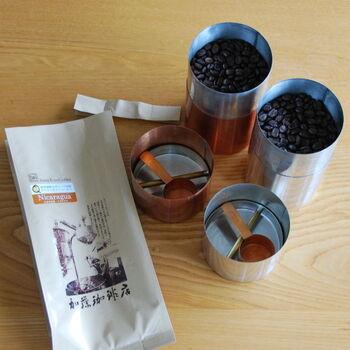 コーヒーや茶葉には特にこだわっている!という方には、開化堂の茶筒をおすすめします。遮光性や密閉性が高く、鮮度を維持できるため、コーヒー豆や茶葉の保存には最適です。また、素材は真鍮や銅、ブリキなどからできており、購入当初はピカピカですが、時間の経過とともに鈍く味わいのある輝きに変わります。長く同じものを愛用したい方、自分の手で茶筒を育てたい方にもピッタリです。