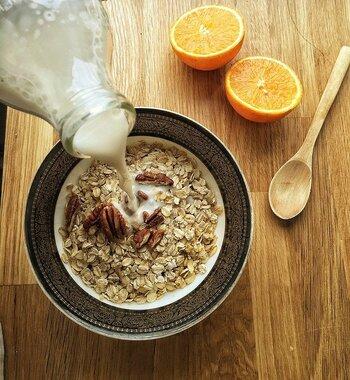 オートミールとの王道の組み合わせが、牛乳です。さらにヨーグルトをかけて食べるのもおすすめ。オートミールの米化に牛乳を使うのもアリですよ。