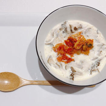 オートミールと意外にも好相性なのがキムチ。オートミールとキムチだけではなく、豆乳を加えてリゾットにしたり、チーズや豚肉を加えたりと、アレンジするのがよさそう。